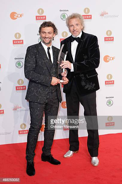 Jonas Kaufmann poses with his Singer of the Year award alongside Thoams Gottschalk at the ECHO Klassik 2015 at Konzerthaus on October 18 2015 in...
