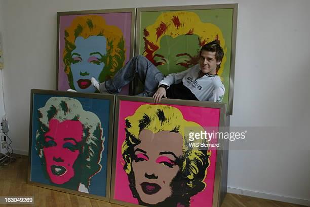 Jonatan Cerrada Le jeune chanteur belge Jonatan CERRADA posant au milieu de tableaux de Marilyn MONROE par Andy WARHOL