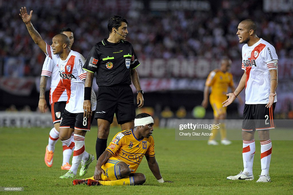 Jonatan Maidana (r) of River Plate gestures after fouling Joffre Guerron of Tigres while the referee <a gi-track='captionPersonalityLinkClicked' href=/galleries/search?phrase=Sandro+Ricci&family=editorial&specificpeople=9145717 ng-click='$event.stopPropagation()'>Sandro Ricci</a> watch during a match as part of second round of Group 6 of Copa Bridgestone Libertadores 2015 at Monumental Antonio Vespucio Liberti Stadium on March 05, 2015 in Buenos Aires, Argentina.