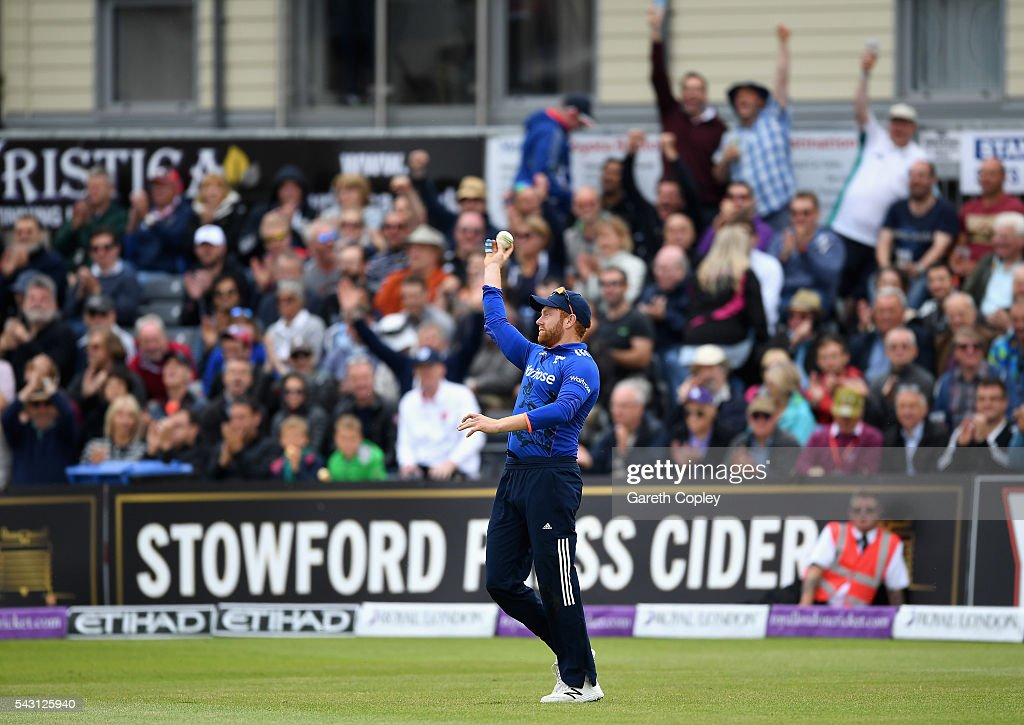 <a gi-track='captionPersonalityLinkClicked' href=/galleries/search?phrase=Jonathan+Bairstow&family=editorial&specificpeople=6893210 ng-click='$event.stopPropagation()'>Jonathan Bairstow</a> of England celebrates catching out Seekkuge Prasanna of Sri Lanka during the 3rd ODI Royal London One Day International match between England and Sri Lanka at The County Ground on June 26, 2016 in Bristol, England.