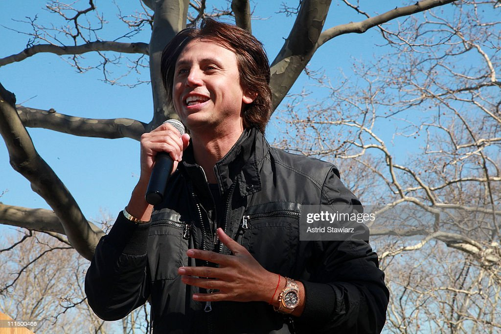 <a gi-track='captionPersonalityLinkClicked' href=/galleries/search?phrase=Jonathan+Cheban&family=editorial&specificpeople=538047 ng-click='$event.stopPropagation()'>Jonathan Cheban</a> leads the 2011 Lustgarten Foundation's NY Pancreatic Cancer Research Walk at Riverside Park on April 3, 2011 in New York City.