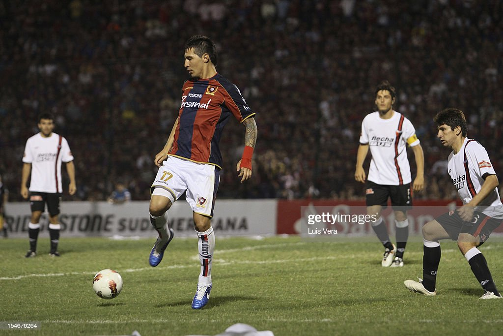 Jonathan Fabbro (L) of Cerro fights for the ball with <a gi-track='captionPersonalityLinkClicked' href=/galleries/search?phrase=Ronald+Raldes&family=editorial&specificpeople=771201 ng-click='$event.stopPropagation()'>Ronald Raldes</a> (R) of Colon in the Bridgestone Sudamericana 2012 Cup at Gral. Pablo Rojas Stadium on October 23, 2012 in Asuncion, Paraguay.
