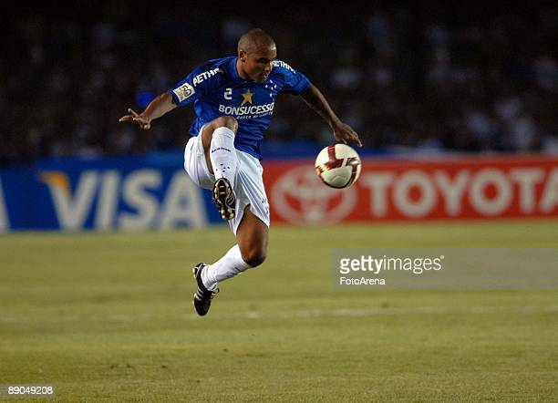 Jonathan of Brazil's Cruzeiro in action against Argentina's Estudiantes during the Libertadores Cup 2009 final match at the Mineirao Stadium on July...