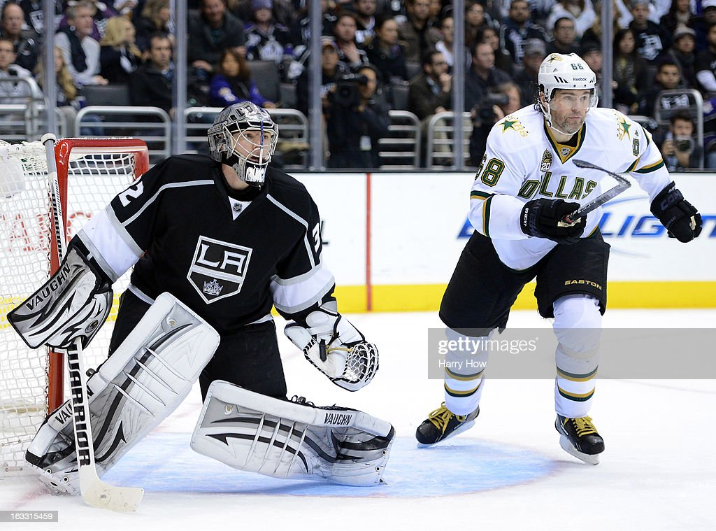 <a gi-track='captionPersonalityLinkClicked' href=/galleries/search?phrase=Jonathan+Quick&family=editorial&specificpeople=2271852 ng-click='$event.stopPropagation()'>Jonathan Quick</a> #32 of the Los Angeles Kings and <a gi-track='captionPersonalityLinkClicked' href=/galleries/search?phrase=Jaromir+Jagr&family=editorial&specificpeople=201633 ng-click='$event.stopPropagation()'>Jaromir Jagr</a> #68 of the Dallas Stars look for the puck during the third period at Staples Center on March 7, 2013 in Los Angeles, California. Jagr had two goals in the game and the Stars won 5-2.