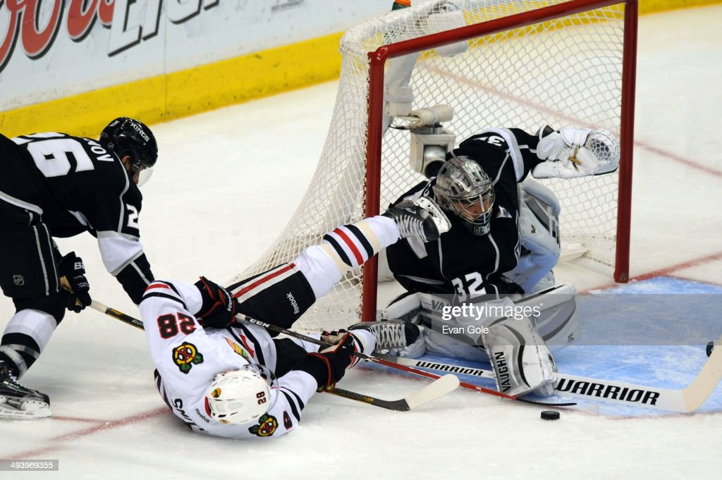 <a gi-track='captionPersonalityLinkClicked' href=/galleries/search?phrase=Jonathan+Quick&family=editorial&specificpeople=2271852 ng-click='$event.stopPropagation()'>Jonathan Quick</a> #32 of the Los Angeles Kings defends the goal against Ben Smith #28 of the Chicago Blackhawks in Game Four of the Western Conference Final during the 2014 Stanley Cup Playoffs at Staples Center on May 26, 2014 in Los Angeles, California.