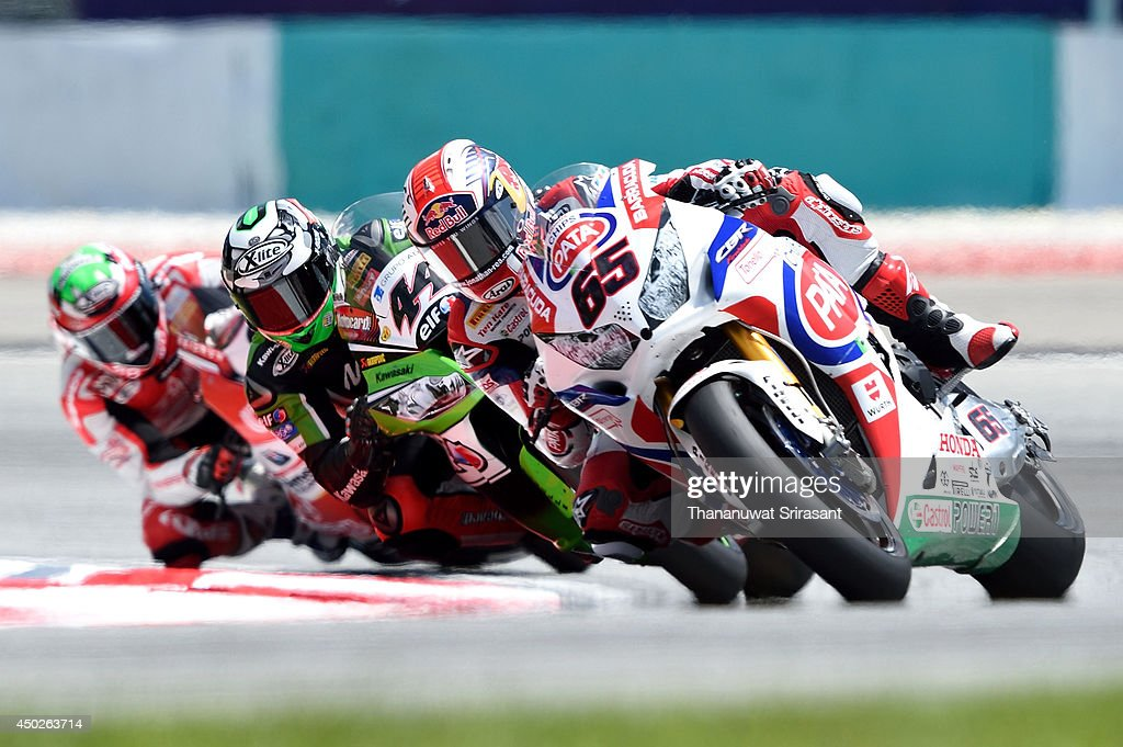 <a gi-track='captionPersonalityLinkClicked' href=/galleries/search?phrase=Jonathan+Rea&family=editorial&specificpeople=2643129 ng-click='$event.stopPropagation()'>Jonathan Rea</a> of England No.65 and David Salom of Spain No.44 competes during the first race of round six FIM Superbike World Championship at Sepang Circuit on June 8, 2014 in Kuala Lumpur, Malaysia.