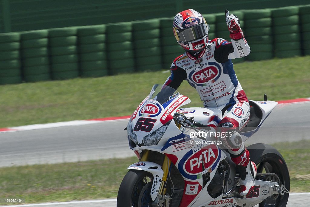 <a gi-track='captionPersonalityLinkClicked' href=/galleries/search?phrase=Jonathan+Rea&family=editorial&specificpeople=2643129 ng-click='$event.stopPropagation()'>Jonathan Rea</a> of Great Britain and PATA Honda World Superbike greets the fans at the end of the Superbike race 2 during the FIM Superbike World Championship - Race at Misano World Circuit on June 22, 2014 in Misano Adriatico, Italy.