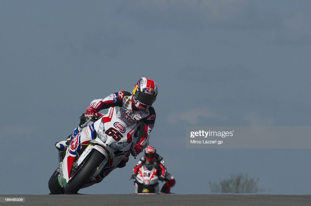 <a gi-track='captionPersonalityLinkClicked' href=/galleries/search?phrase=Jonathan+Rea&family=editorial&specificpeople=2643129 ng-click='$event.stopPropagation()'>Jonathan Rea</a> of Great Britain and Pata Honda World Superbike rounds the bend during the World Superbikes - Qualifying during the round five of 2013 Superbikes FIM World Championship at Donington Park on May 25, 2013 in Castle Donington, England.