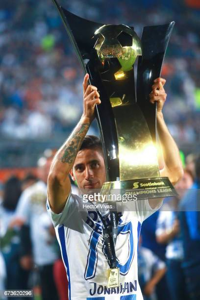 Jonathan Urretaviscaya of Pachuca lifts the trophy to celebrate after winning the Final second leg match between Pachuca and Tigres UANL as part of...