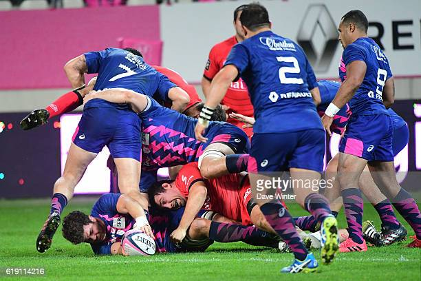 Jonathon Ross of Stade Francais Paris sets the ball up during the French Top 14 between Stade Francais and Lyon OU at Stade Jean Bouin on October 29...