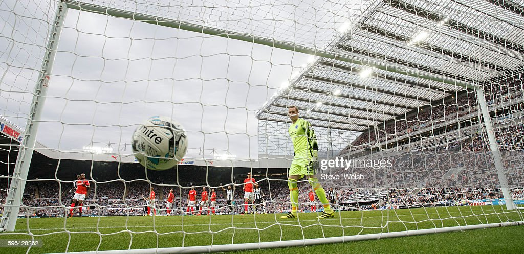 Jonjo Shelvey of Newcastle scores his goal from his free kick during the Premier League match between Newcastle United and Brighton & Hove Albion on August 27, 2016 in Newcastle.