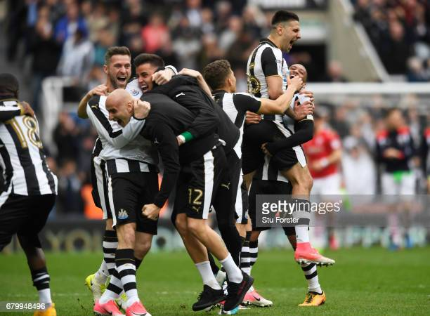 Jonjo Shelvey of Newcastle United and his Newcastle United castle team mates celebrate winning the title during the Sky Bet Championship match...