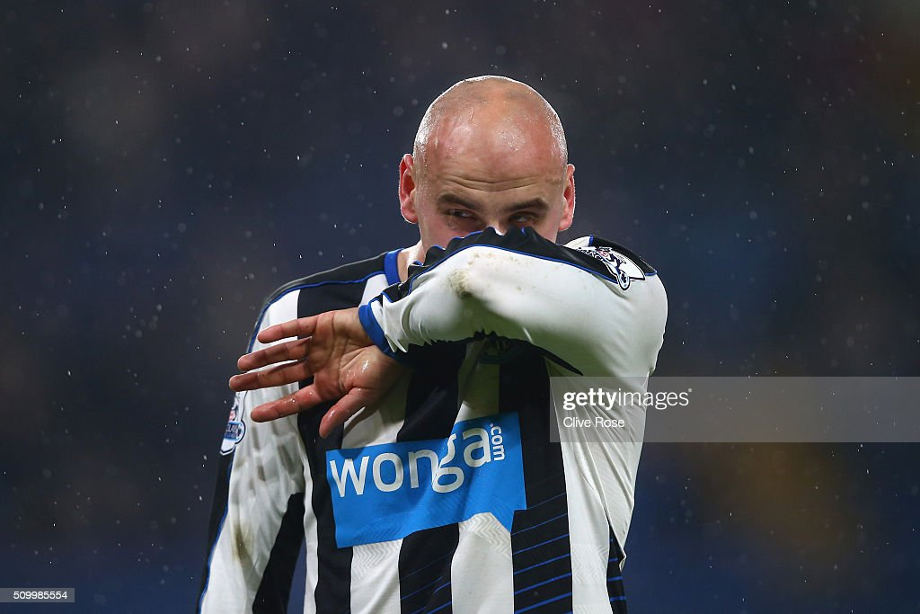 <a gi-track='captionPersonalityLinkClicked' href=/galleries/search?phrase=Jonjo+Shelvey&family=editorial&specificpeople=4940315 ng-click='$event.stopPropagation()'>Jonjo Shelvey</a> of Newcastle United wipes his face during the Barclays Premier League match between Chelsea and Newcastle United at Stamford Bridge on February 13, 2016 in London, England.