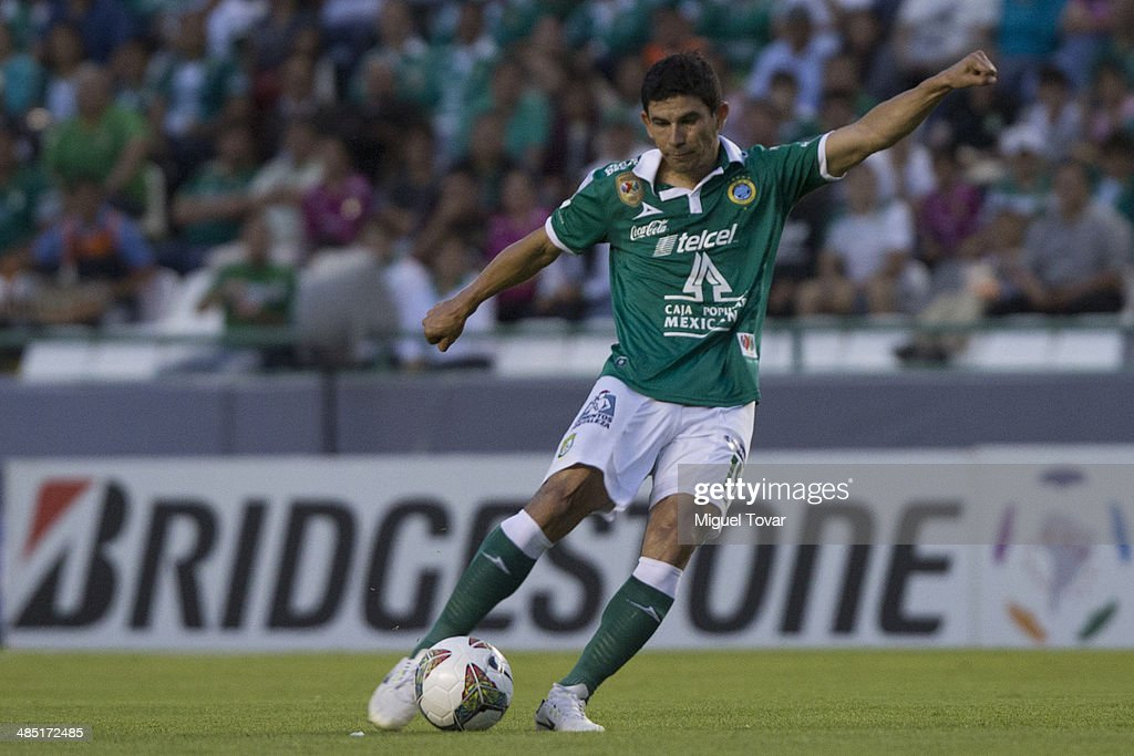 Jonny Magall—an of Leon drives the ball during a second round match between Leon and Bolivar as part of the Copa Bridgestone Libertadores 2014 at Leon Stadium on April 16, 2014 in Leon, Mexico.