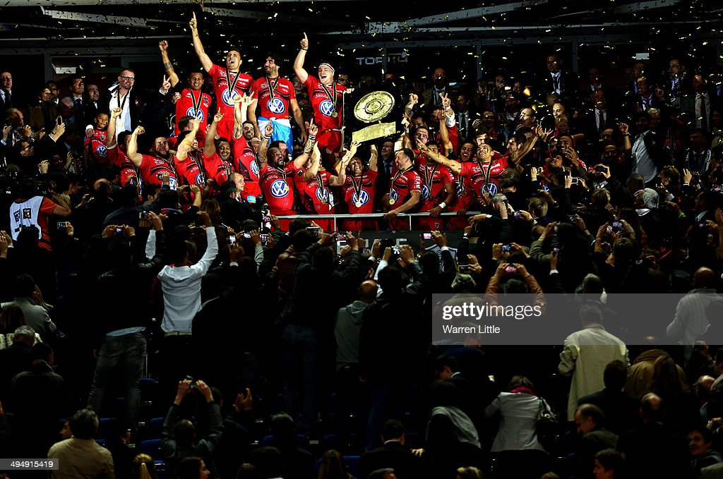 Jonny Wilkinson, Captain of Toulon raises the trophy after Toulon wins the Top 14 Final between Toulon and Castres Olympique at Stade de France on May 31, 2014 in Paris, France.