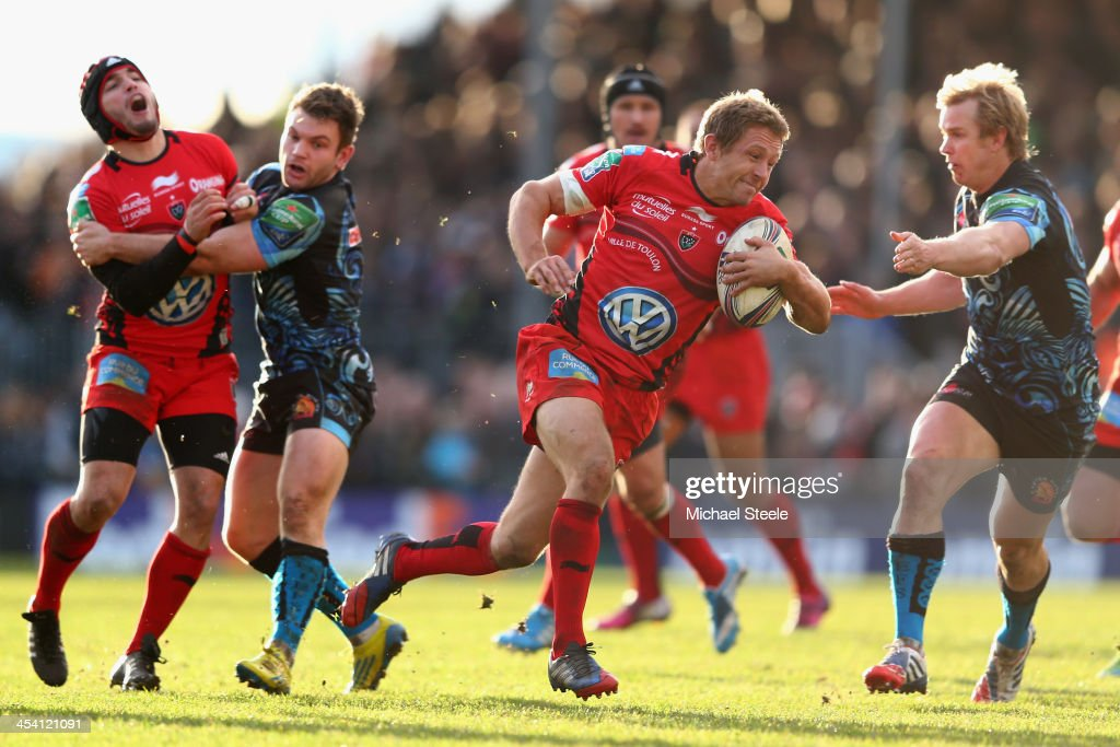 Jonny Wilkinson (C) of Toulon bursts past Dave Lewis (L) and Jason Shoemark (R) of Exeter Chiefs during the Heineken Cup Pool Two match between Exeter Chiefs and Toulon at Sandy Park on December 7, 2013 in Exeter, England.