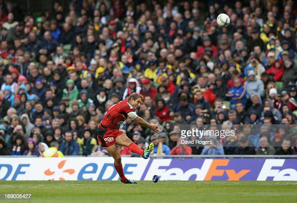 Jonny Wilkinson of Toulon kicks the match winning conversion during the Heineken Cup final match between ASM Clermont Auvergne and RC Toulon at the...