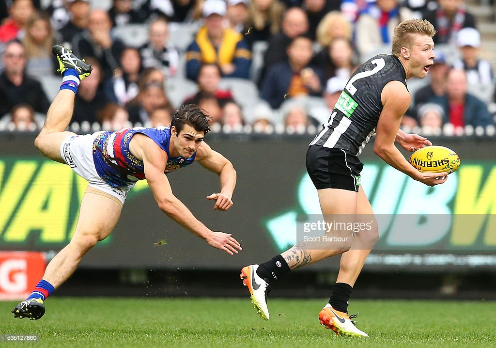 Jordan De Goey of the Magpies runs with the ball during the round 10 AFL match between the Collingwood Magpies and the Western Bulldogs at Melbourne Cricket Ground on May 29, 2016 in Melbourne, Australia.