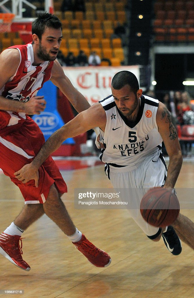 <a gi-track='captionPersonalityLinkClicked' href=/galleries/search?phrase=Jordan+Farmar&family=editorial&specificpeople=228137 ng-click='$event.stopPropagation()'>Jordan Farmar</a>, #5 of Anadolu Efes Istanbul competes with Evangelos Mantzaris, #17 of Olympiacos Piraeus during the 2012-2013 Turkish Airlines Euroleague Regular Season Game Day 7 between Olympiacos Piraeus v Anadolu EFES Istanbul at Peace and Friendship Stadium on November 22, 2012 in Athens, Greece.