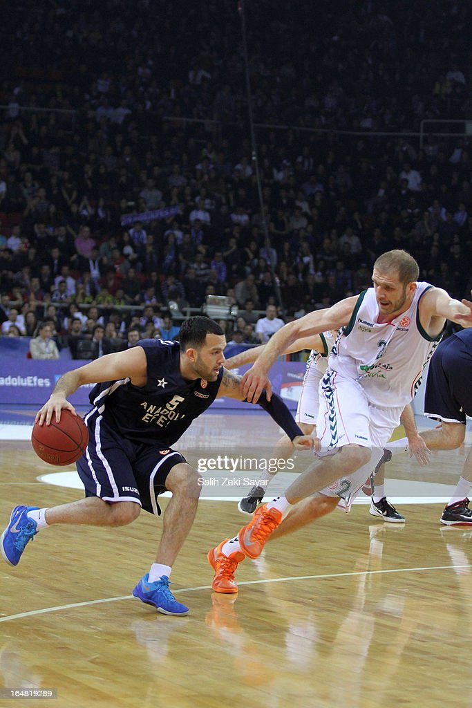 <a gi-track='captionPersonalityLinkClicked' href=/galleries/search?phrase=Jordan+Farmar&family=editorial&specificpeople=228137 ng-click='$event.stopPropagation()'>Jordan Farmar</a> #5 of Anadolu Efes competes with Luka Zoric #21 of Unocaja Malaga during the 2012-2013 Turkish Airlines Euroleague Top 16 Date 13 between Anadolu EFES Istanbul v Unicaja Malaga at Abdi Ipekci Sports Arena on March 28, 2013 in Istanbul, Turkey.