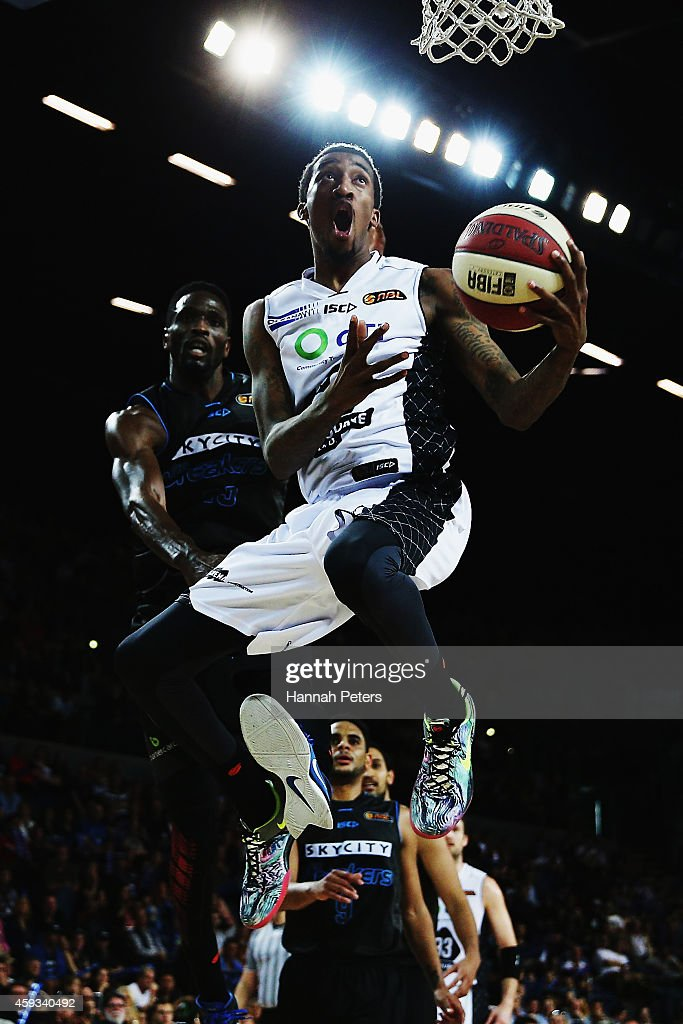 <a gi-track='captionPersonalityLinkClicked' href=/galleries/search?phrase=Jordan+McRae&family=editorial&specificpeople=7362664 ng-click='$event.stopPropagation()'>Jordan McRae</a> of Melbourne lays the ball up during the round seven NBL match between the New Zealand Breakers and Melbourne United at Vector Arena on November 21, 2014 in Auckland, New Zealand.