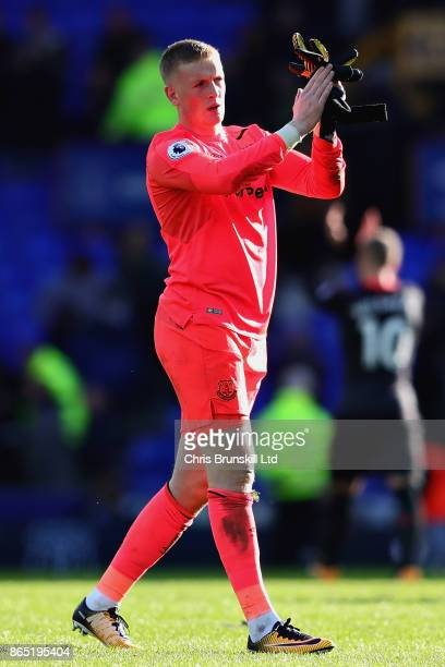 Jordan Pickford of Everton applauds the crowd after the Premier League match between Everton and Arsenal at Goodison Park on October 22 2017 in...