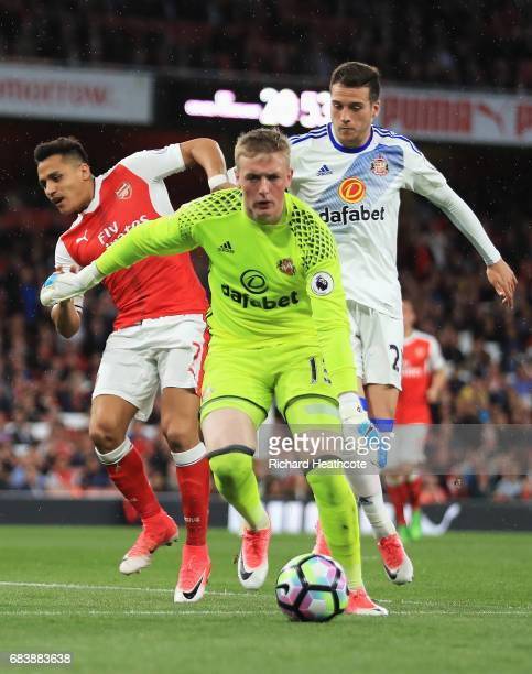 Jordan Pickford of Sunderland attempts to collect the ball while under pressure from Alexis Sanchez of Arsenal and Bryan Oviedo of Sunderland during...