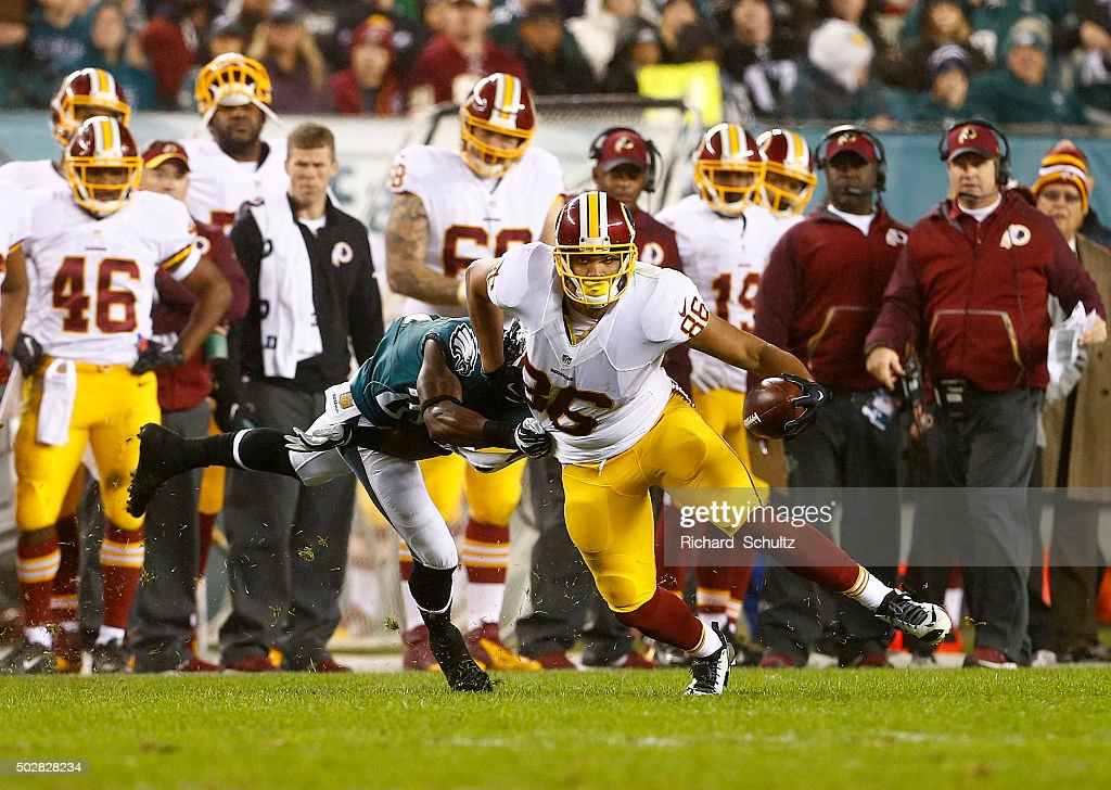 Jordan Reed #86 of the Washington Redskins makes a catch as he fights off Walter Thurmond #26 of the Philadelphia Eagles in the third quarter of a football game at Lincoln Financial Field on December 26, 2015 in Philadelphia, Pennsylvania.