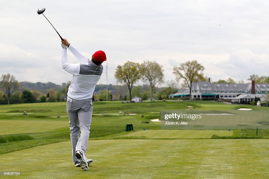 Jordan Spieth plays the 18th hole at Oakmont Country Club on May 4, 2016 in Oakmont, Pennsylvania.