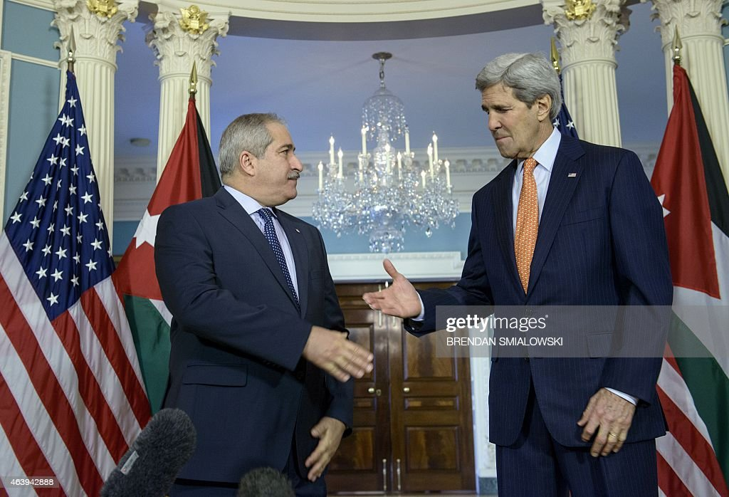 Jordanian Foreign Minister Nasser Judeh (L) US Secretary of State John Kerry shake hands before a meeting at the US State Department February 20, 2015 in Washington, DC. AFP PHOTO/BRENDAN SMIALOWSKI