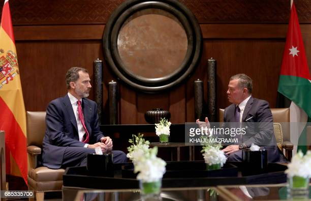Jordan's King Abdullah II and Spain's King Felipe VI talk during a meeting in the capital Amman on May 19 2017 / AFP PHOTO / Khalil MAZRAAWI