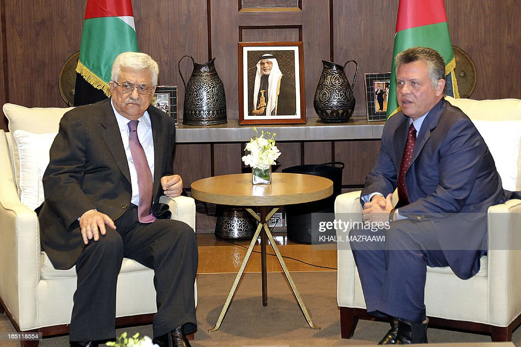 Jordan's King Abdullah II (R) meets with Palestinian president Mahmud Abbas (R) at the Royal Palace on March 31, 2013 in the Jordanian capital Amman. AFP PHOTO KHALIL MAZRAAWI