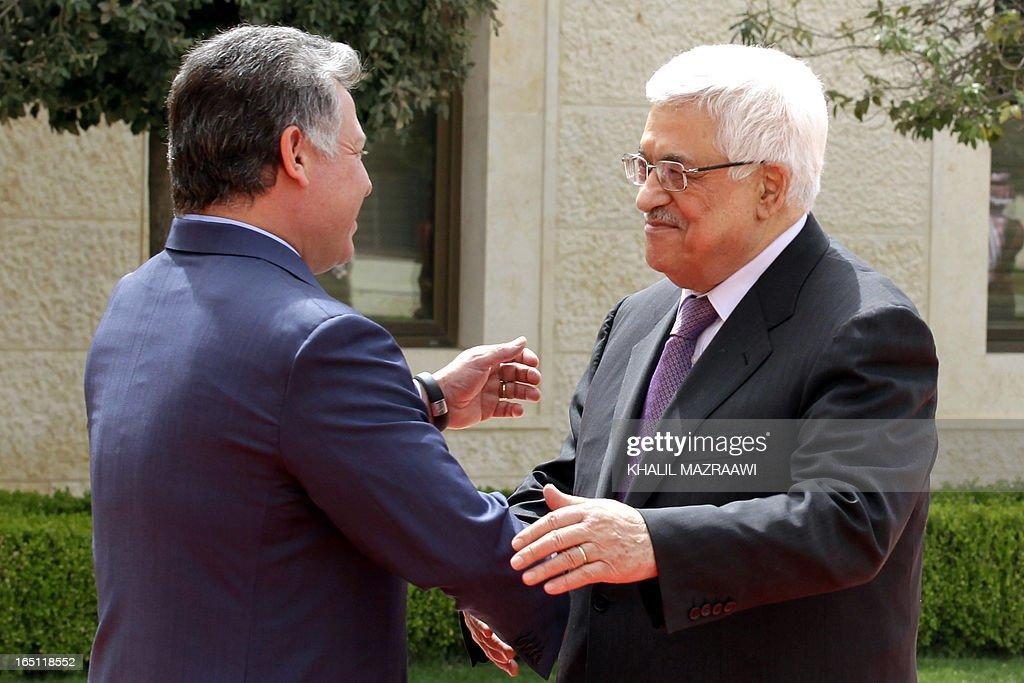 Jordan's King Abdullah II welcomes Palestinian president Mahmud Abbas (R) before a meeting at the Royal Palace on March 31, 2013 in the Jordanian capital Amman.