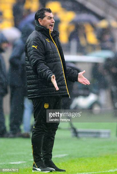 Jorge Da Silva coach of Penarol gives instructions to his players during a match between Penarol and Plaza Colonia as part of Campeonato Uruguayo at...