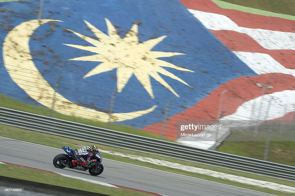 Jorge Lorenzo of Spain and Movistar Yamaha MotoGP rounds the bend during day one of the MotoGP tests at Sepang Circuit on February 4, 2015 in Kuala Lumpur, Malaysia.