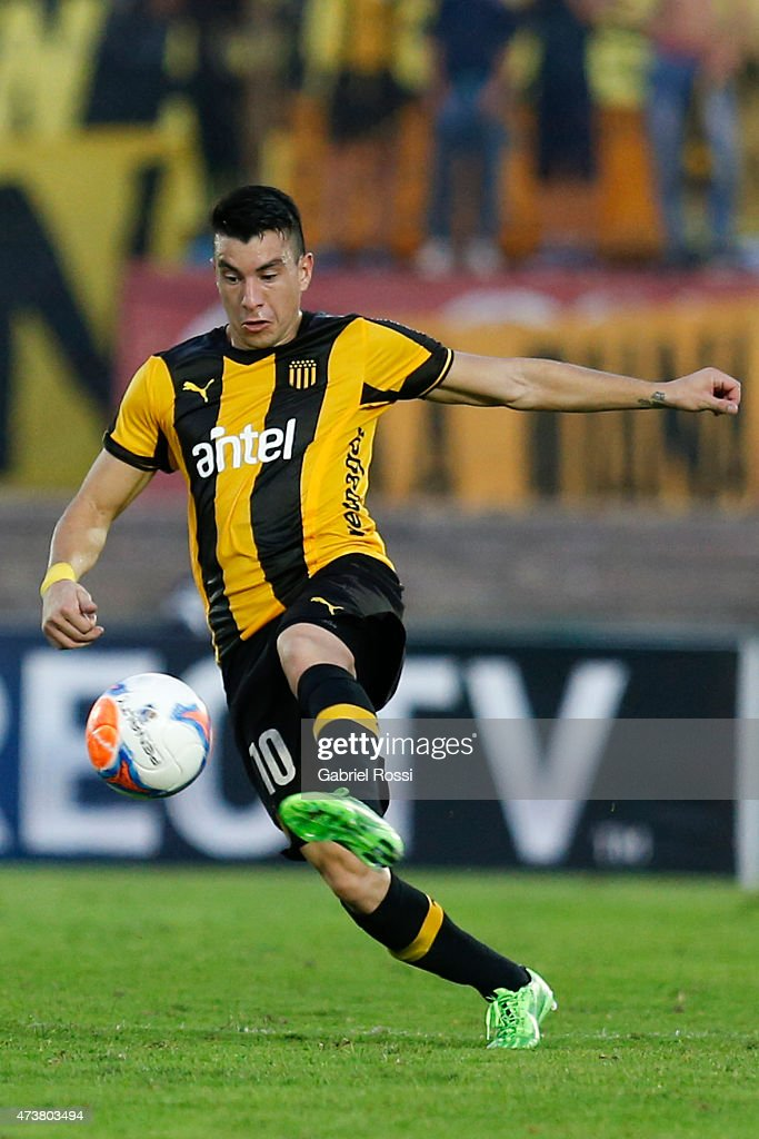 Jorge Rodriguez of Peñarol drives the ball during a match between Peñarol and Nacional as part of 12th round of Torneo Clausura 2015 at Centenario Stadium on May 17, 2015 in Montevideo, Uruguay.