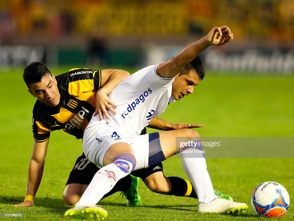 Jorge Rodriguez of Peñarol fights for the ball with Guillermo De Los Santos of Nacional during a match between Peñarol and Nacional as part of 12th round of Torneo Clausura 2015 at Centenario Stadium on May 17, 2015 in Montevideo, Uruguay.