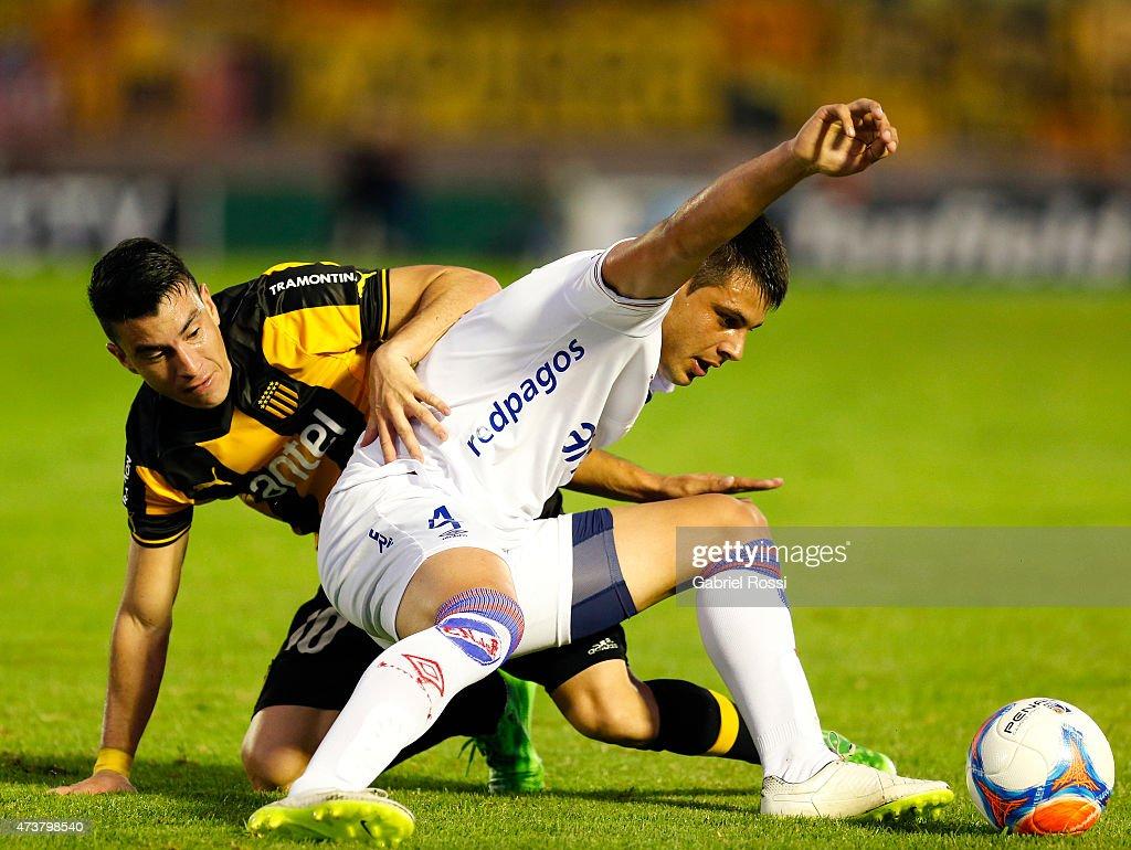 Jorge Rodriguez of Peñarol fights for the ball with Guillermo De Los Santos of Nacional during a match between Peñarol and Nacional as part of 12th...