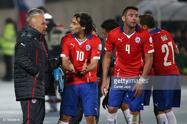 Jorge Sampaoli coach of Chile talks to Jorge Valdivia during the 2015 Copa America Chile Group A match between Chile and Bolivia at Nacional Stadium...