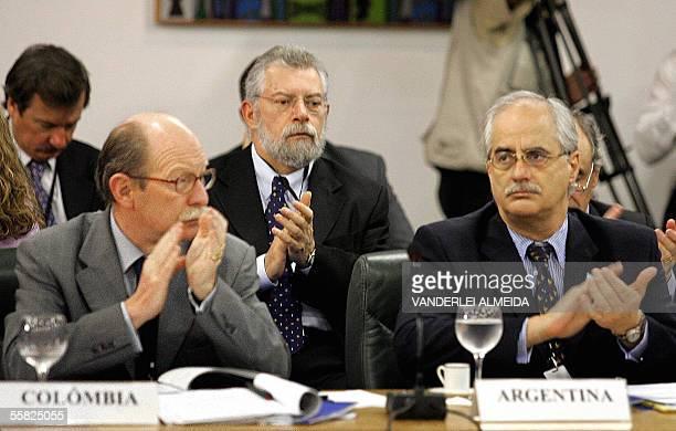 Jorge Taiana vice canciller de Argentina y su homologo colombiano Camilo Reis de Colombia aplauden el discurso de apertura de la primera cumbre de la...