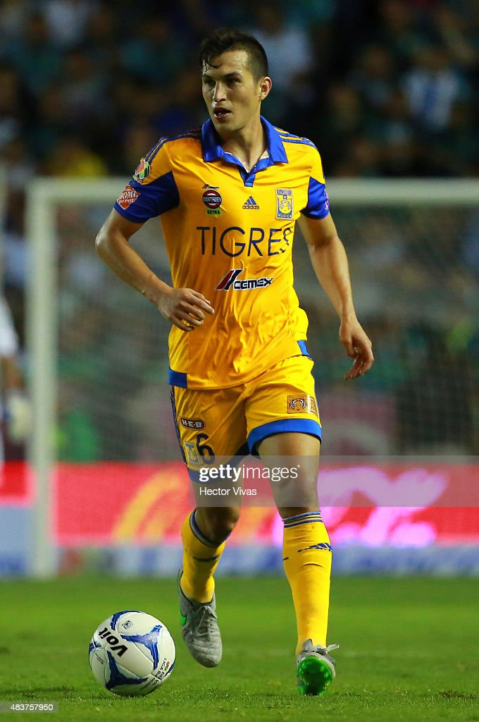 <a gi-track='captionPersonalityLinkClicked' href=/galleries/search?phrase=Jorge+Torres&family=editorial&specificpeople=540782 ng-click='$event.stopPropagation()'>Jorge Torres</a> of Tigres drives the ball during a 4th round match between Leon and Tigres UANL as part of the Apertura 2015 Liga MX at Leon Stadium on August 12, 2015 in Leon, Mexico.