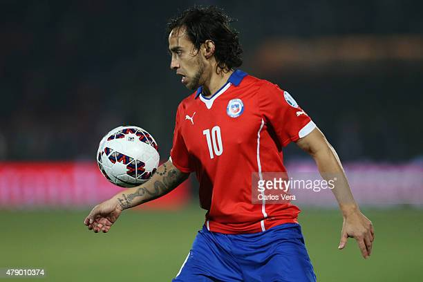 Jorge Valdivia of Chile controls the ball during the 2015 Copa America Chile Semi Final match between Chile and Peru at Nacional Stadium on June 29...