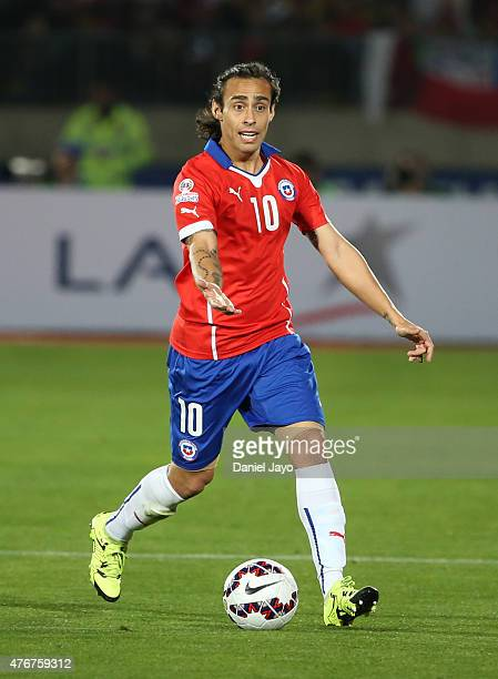 Jorge Valdivia of Chile drives the ball during the 2015 Copa America Chile Group A match between Chile and Ecuador at Nacional Stadium on June 11...