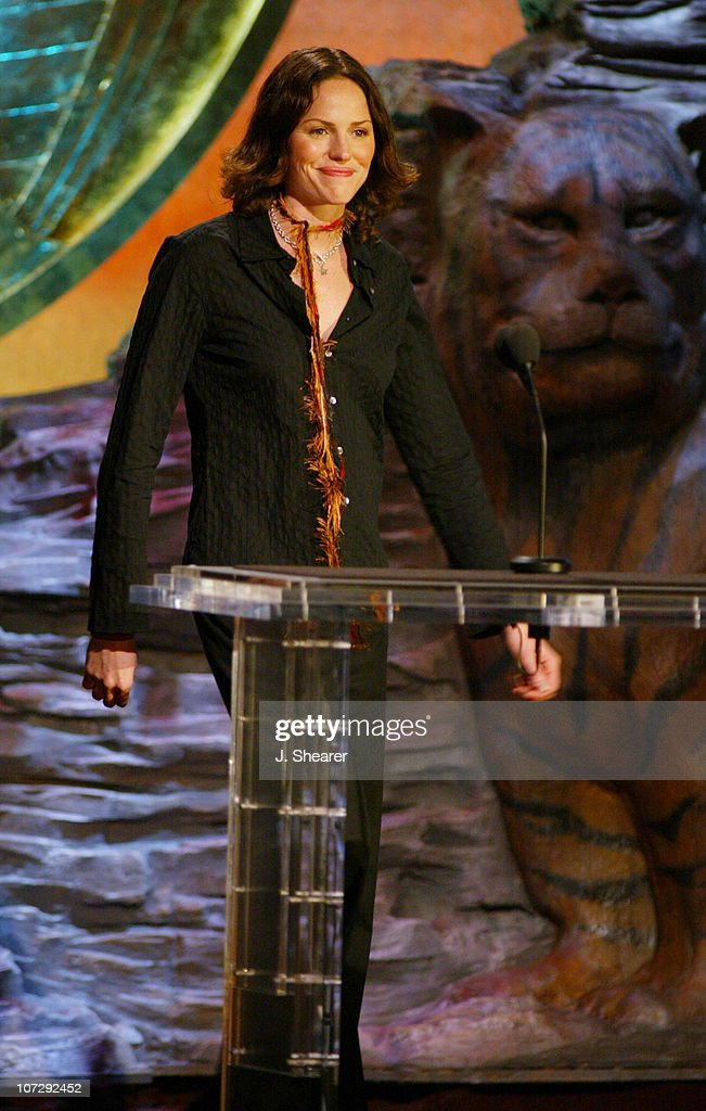 <a gi-track='captionPersonalityLinkClicked' href=/galleries/search?phrase=Jorja+Fox&family=editorial&specificpeople=209197 ng-click='$event.stopPropagation()'>Jorja Fox</a> presents the Genesis Award for PBS Documentary to 'In Search of the Jaguar'