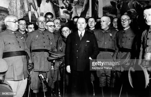 José María GilRobles nommé ministre de la guerre ici entouré de son étatmajor militaire à Madrid Espagne le 9 mai 1935