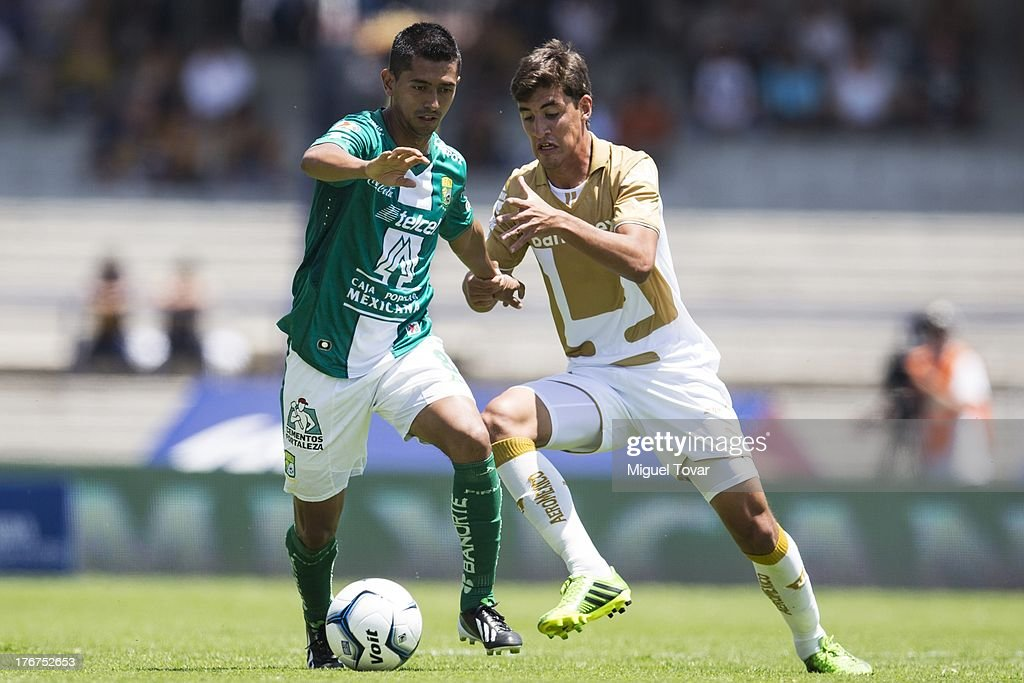 JosŽ Van Rankin of Pumas fights for the ball with Carlos Pe–a of Leon during a match between Pumas and Leon as part of the Apertura 2013 Liga MX at Olympic stadium, on August 18, 2013 in Mexico City, Mexico.