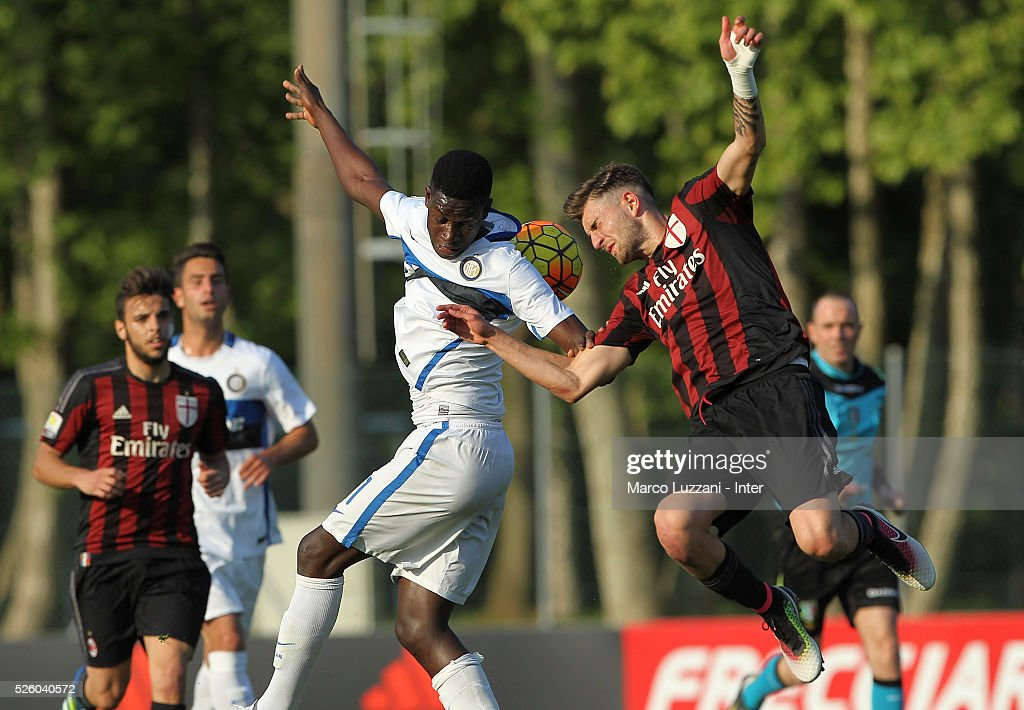 Jose Correia of FC Internazionale competes for the ball with Francesco Bordi of AC Milan during the juvenile match between AC Milan and FC Internazionale at Centro Sportivo Giuriati on April 29, 2016 in Milan, Italy.