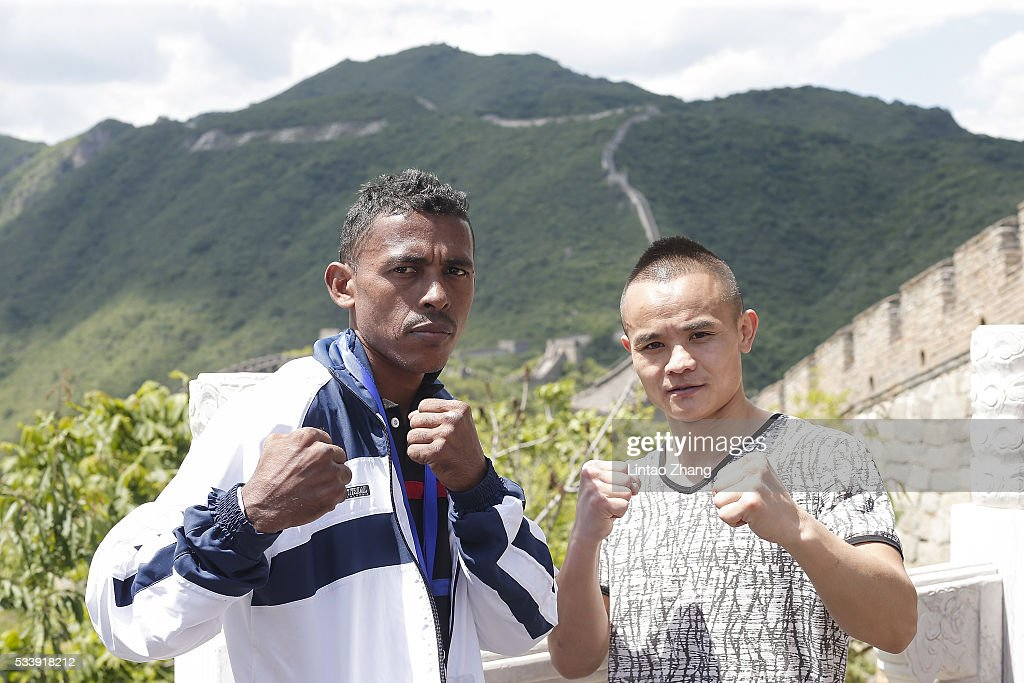 Jose Jimenez (L) of Colombia with Xiong Chaozhong of China poses on the Great Wall during the Weigh-in of IBF World Boxing Championship Bout at Mutianyu on May 24, 2016 in Beijing, China.