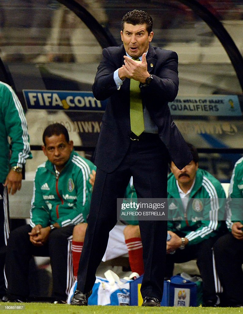 Jose Manuel de la Torre (C) coach of Mexico reacts against his players during their Brazil-2014 FIFA World Cup CONCACAF football qualifier at Azteca Stadium in Mexico City, on February 6, 2013. AFP PHOTO/Alfredo Estrella