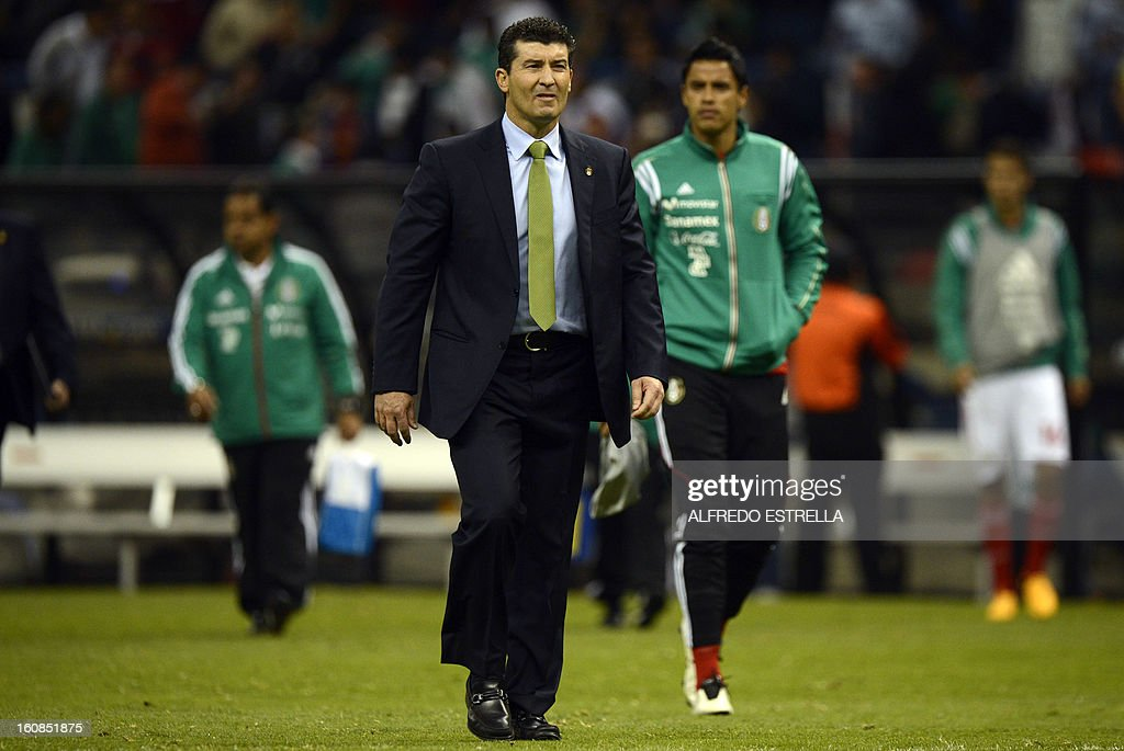 Jose Manuel de la Torre (C) , the coach of Mexico, walks off the field following their Brazil-2014 FIFA World Cup CONCACAF football qualifier at Azteca Stadium in Mexico City, on February 6, 2013. AFP PHOTO/Alfredo Estrella